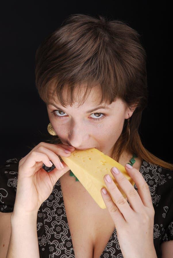 Schönes Frau trys Stück Käse lizenzfreie stockbilder
