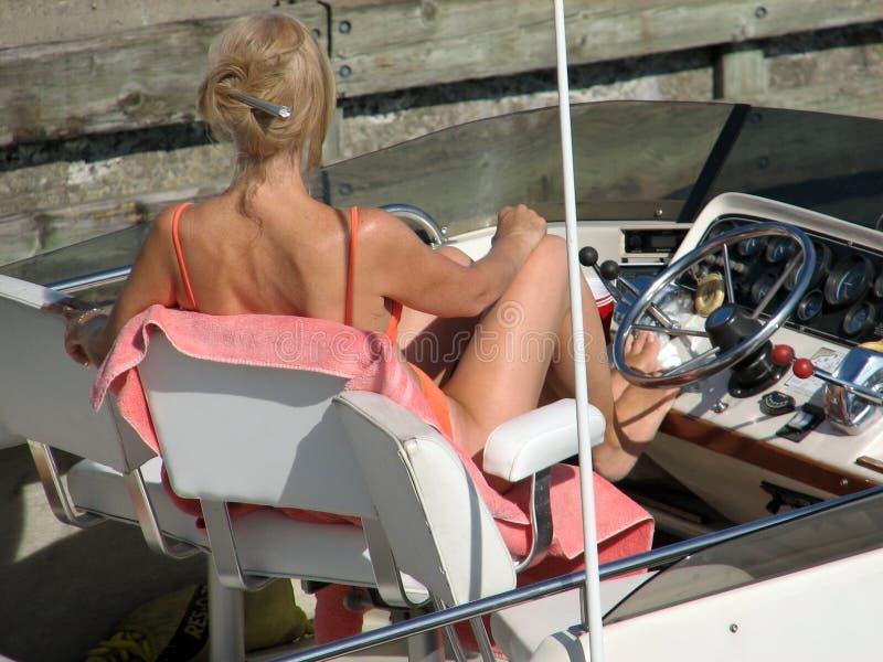 Schönes Frauen-Bräunen lizenzfreies stockfoto