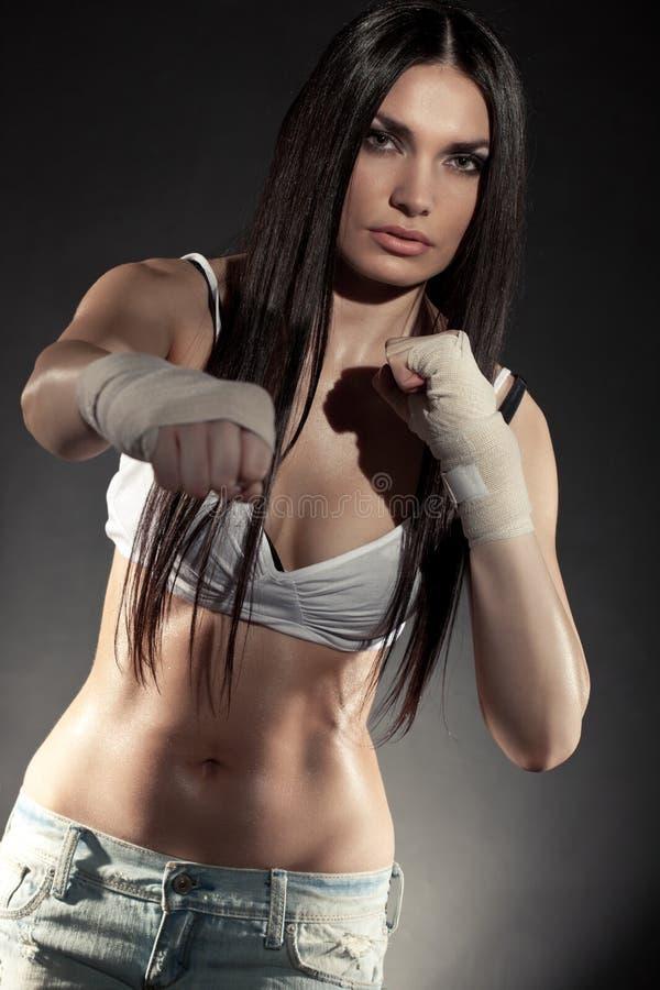 Schönes Frauenboxerportrait lizenzfreies stockbild