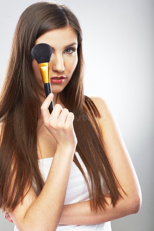 Schönes Frauengesicht Make up zutreffend mit Bürste lizenzfreie stockbilder