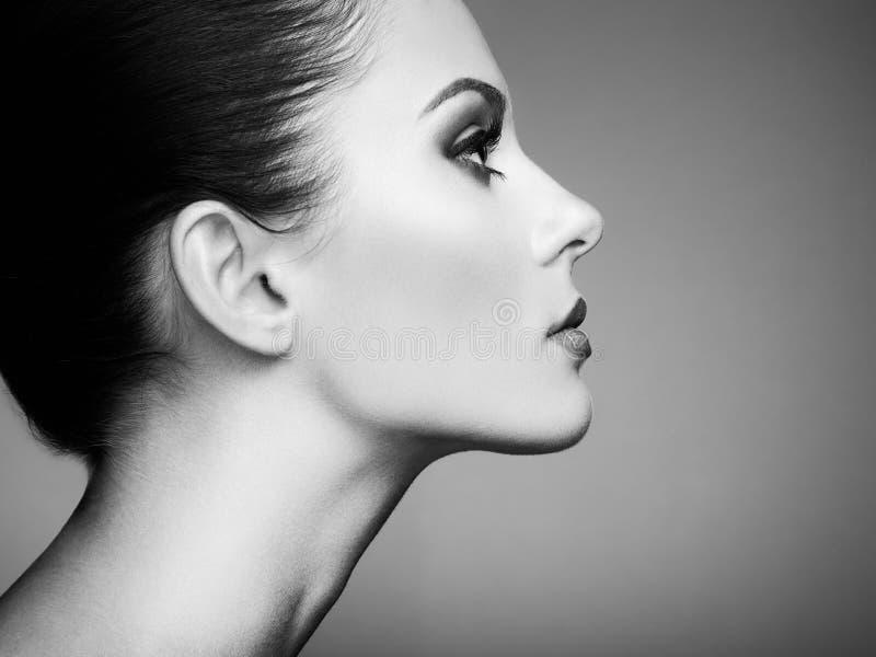 Schönes Frauengesicht Perfektes Make-up lizenzfreies stockfoto
