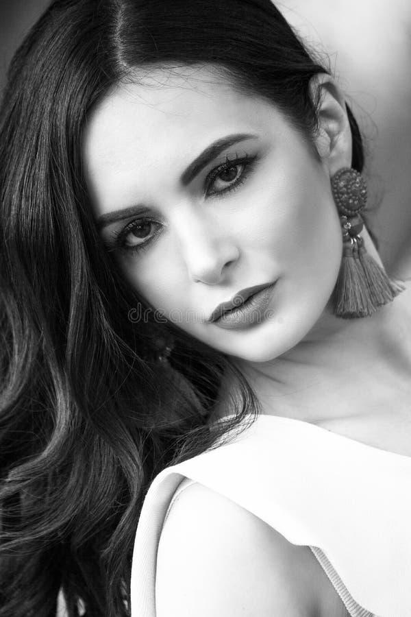 Schönes Frauenporträt des dunklen Haares im Freien lizenzfreies stockbild