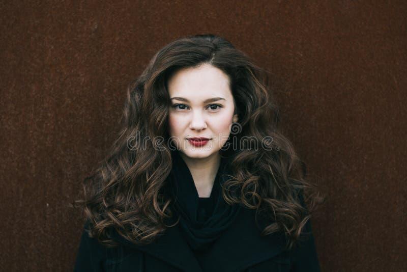 Schönes Frauenportrait Social Media-Profilbild 20-29 Jahre alte weibliche Porträt Langes gelocktes Haar Brunettemädchen lizenzfreie stockfotografie