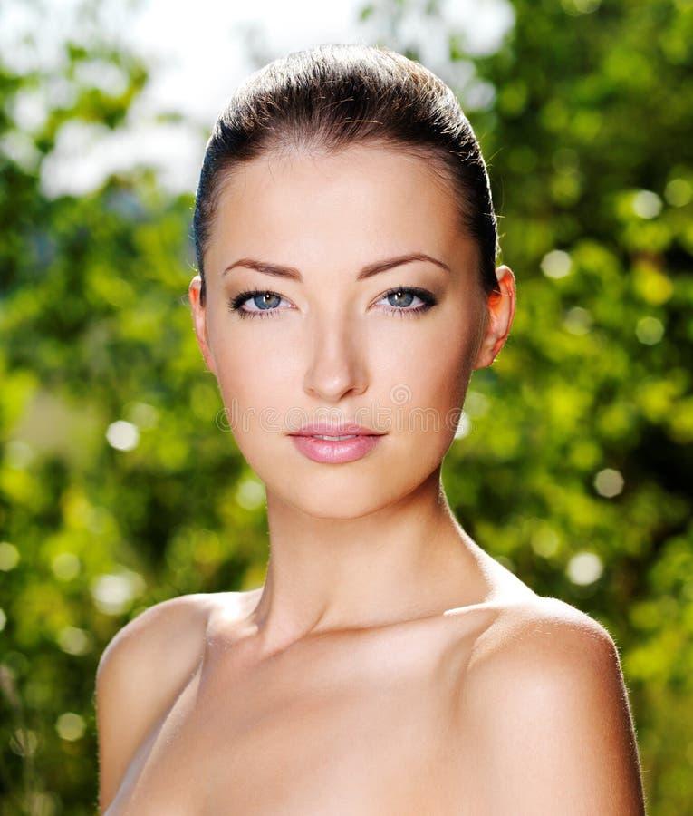 Schönes frisches weibliches Gesicht draußen lizenzfreie stockbilder