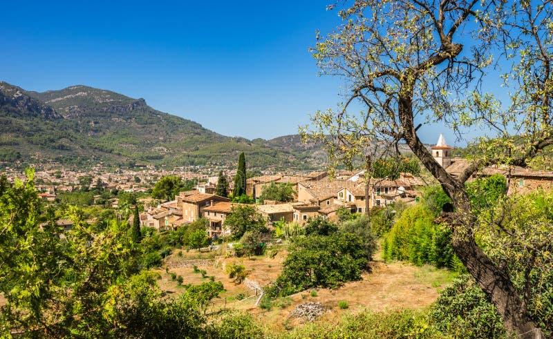 Schönes Gebirgstal mit Ansicht von Biniaraix und von Soller, Majorca Spanien stockbild