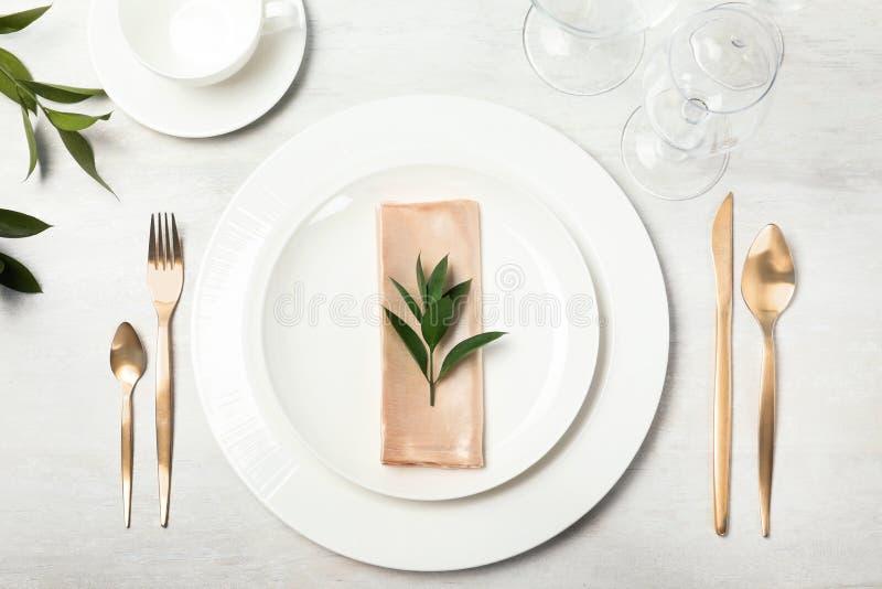 Schönes Gedeck mit Tischbesteck, Serviette und Essgeschirr stockfoto