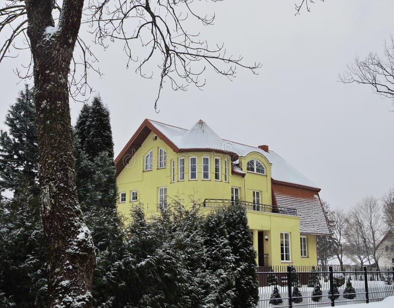 Schönes gelbes Haus und Anlagen, Litauen stockbilder