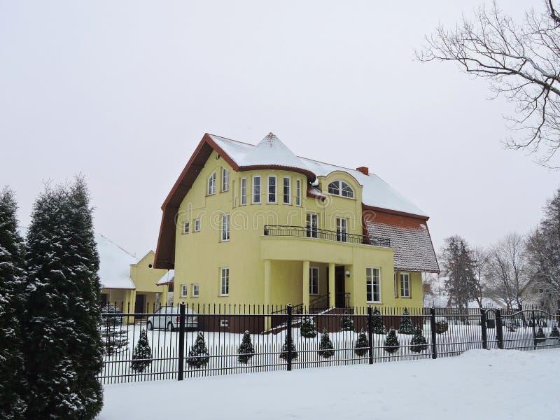 Schönes gelbes Haus und Anlagen, Litauen lizenzfreie stockbilder