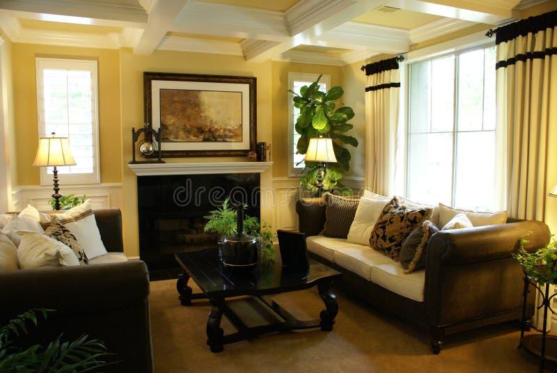 Schönes gelbes Wohnzimmer lizenzfreie stockfotografie