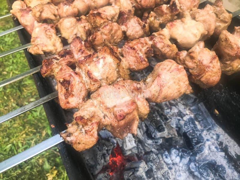 Schönes geschmackvolles, appetitanregendes Fleisch, gegrillte Kebabs auf Kohlen und natürlicher Rauch auf dem Grill mit gebratene stockfoto