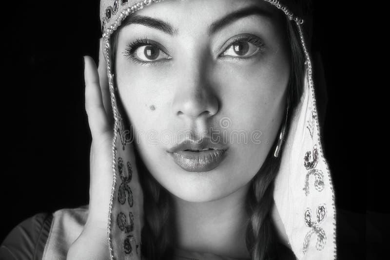Schönes Gesicht der Frau im ethnischen Hut lizenzfreie stockfotos