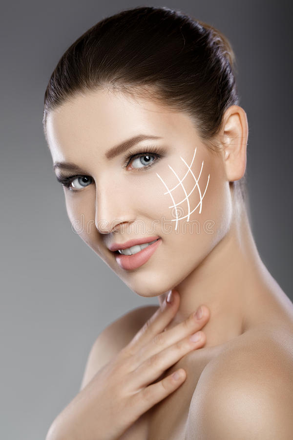 Schönes Gesicht der Frau mit blauen Augen und säubern frische Haut Badekurortporträt stockbild