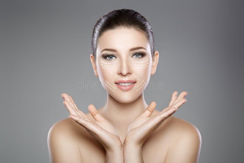 Schönes Gesicht der Frau mit blauen Augen und säubern frische Haut Badekurortporträt lizenzfreie stockbilder