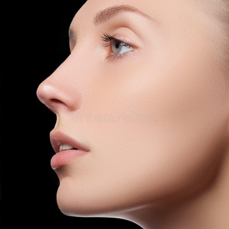 Schönes Gesicht der jungen erwachsenen Frau mit der sauberen frischen Haut - lokalisiert Schönes Mädchen mit schönem Make-up, Jug stockbild