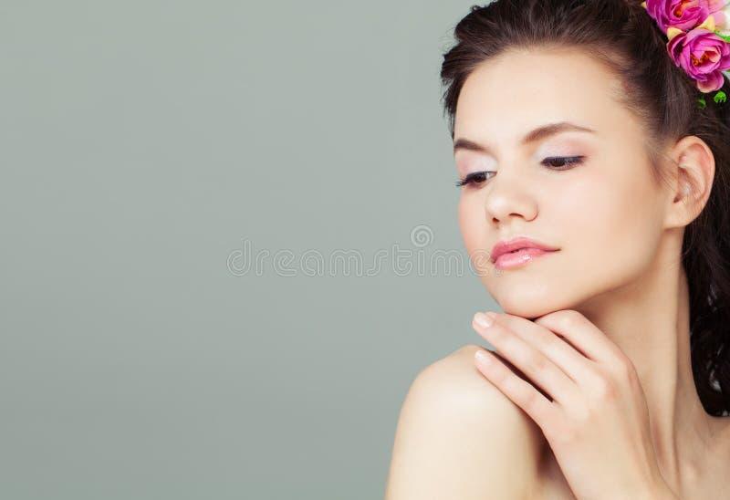 Schönes Gesicht der jungen Frau auf grauem Hintergrund stockfoto