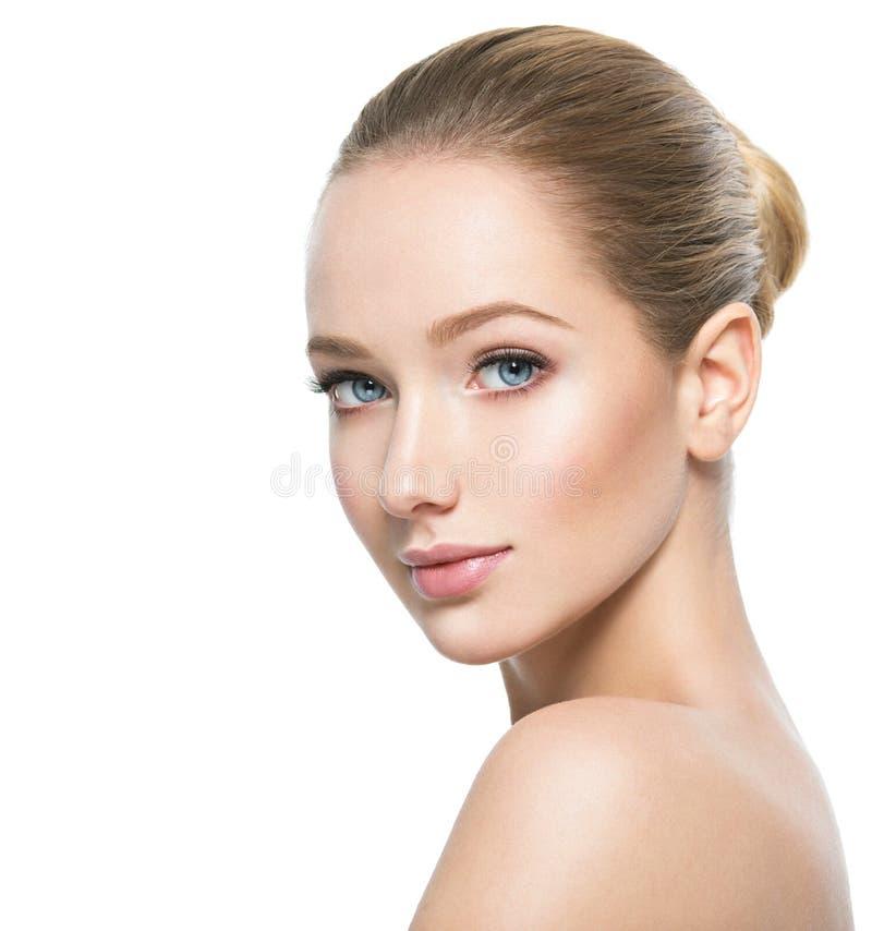 Schönes Gesicht der jungen Frau mit frischer Haut der perfekten Gesundheit stockbilder