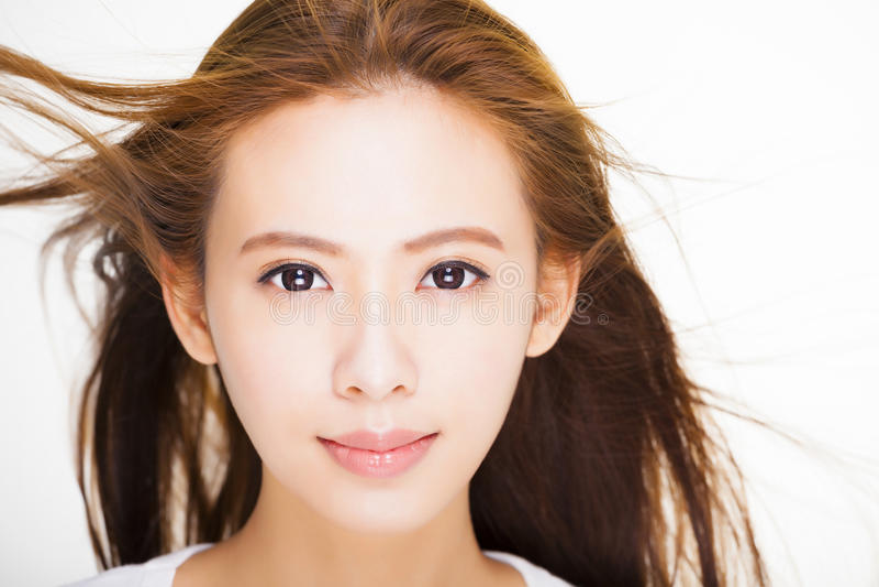 Schönes Gesicht der jungen Frau mit Haarbewegung auf weißem Hintergrund lizenzfreies stockfoto