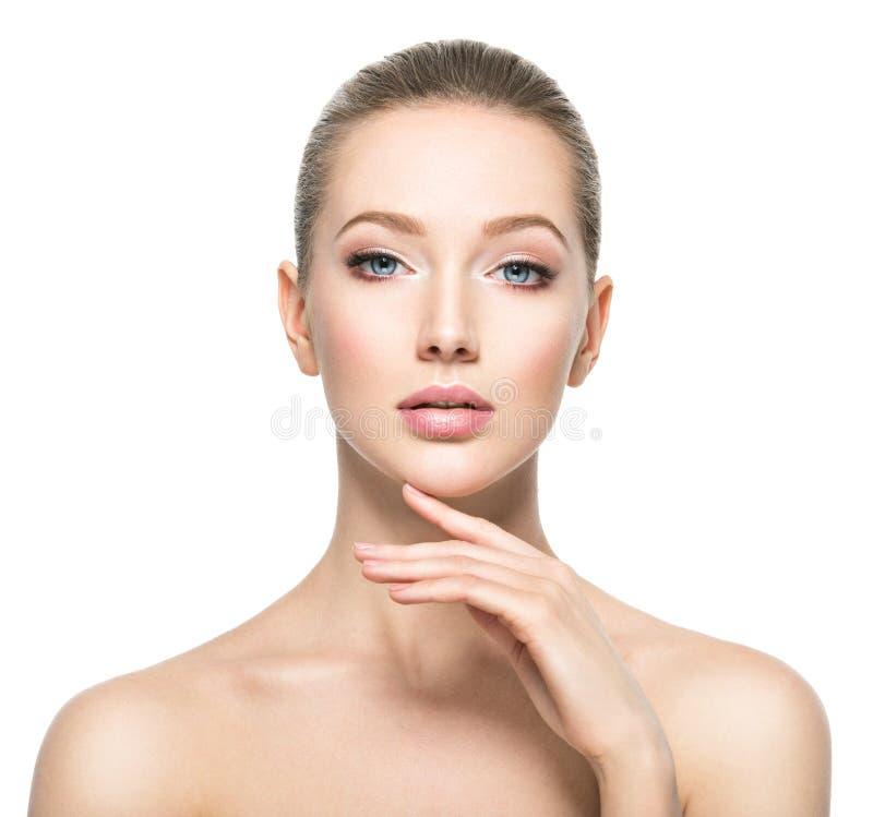 Schönes Gesicht der jungen Frau mit perfekter Gesundheitshaut lizenzfreie stockfotografie