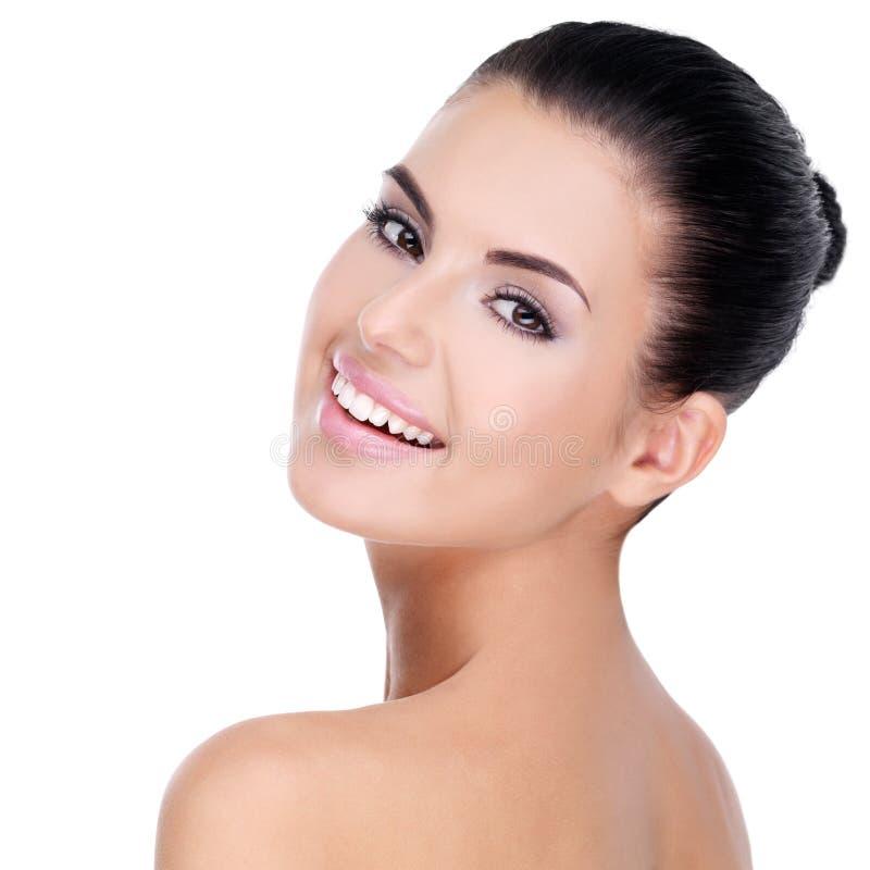 Schönes Gesicht der jungen Frau mit sauberer Haut lizenzfreie stockbilder