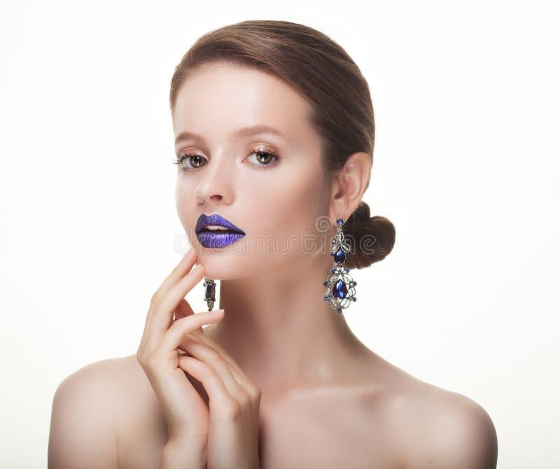 Schönes Gesicht der jungen kaukasischen Frau mit hellem Make-up stockfotos