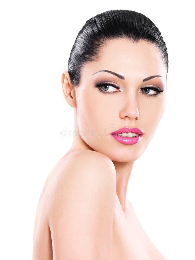 Schönes Gesicht der kaukasischen Frau mit den rosa Lippen lizenzfreie stockfotografie