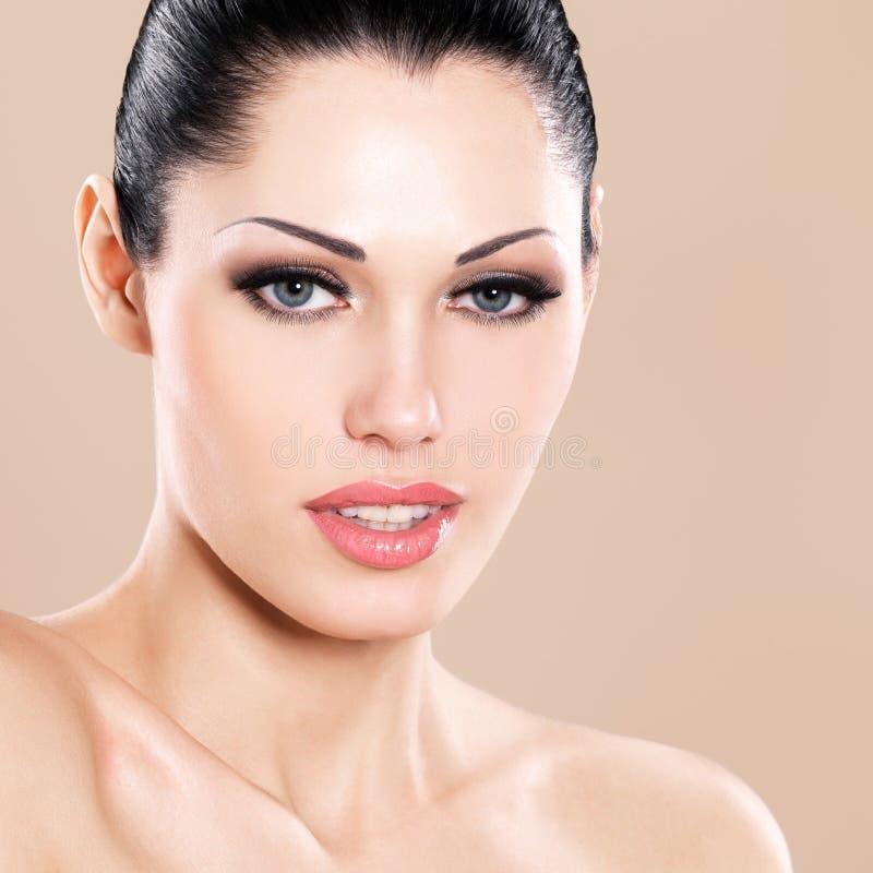 Schönes Gesicht Der Kaukasischen Frau Mit Den Rosa Lippen