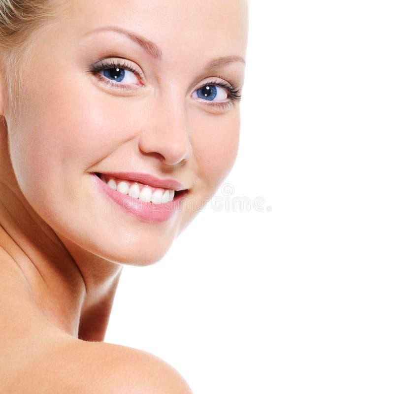 Schönes Gesicht der lächelnden blonden Frau stockfotografie