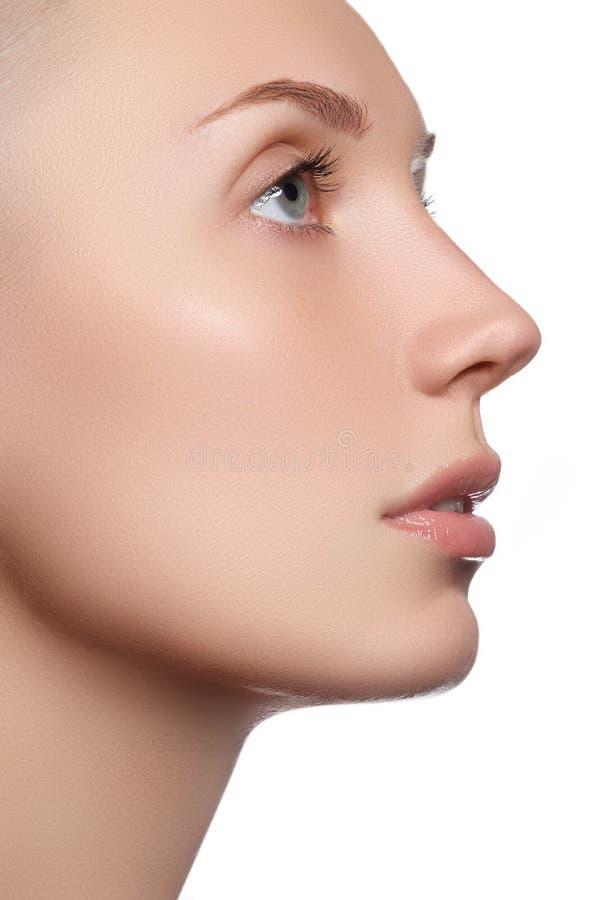 Schönes Gesicht mit sauberer frischer Haut Junge Frau des Porträts mit schönen blauen Augen und Gesicht - auf weißem Hintergrund  stockfoto