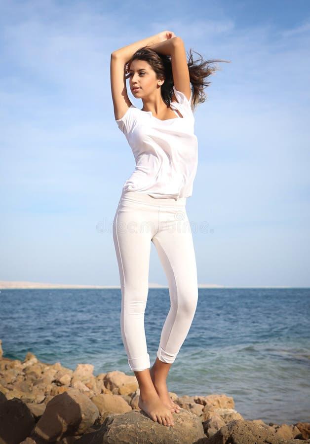 Schönes Gesichtsporträt des jungen Mädchens, braunes Haar und nettes Lächeln, Mode-Modell-Blick lizenzfreies stockfoto
