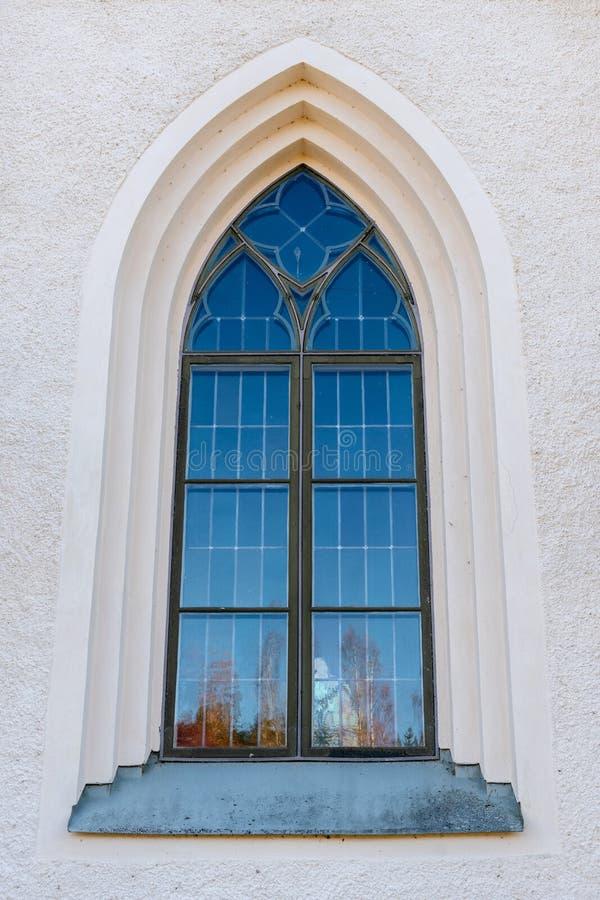 Schönes gewölbtes Fenster auf einer weißen Steinwand stockfoto