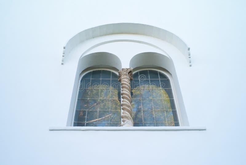 Schönes gewölbtes Fenster des Landhauses San Michele auf Capri stockfotografie