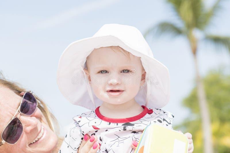 Schönes glückliches ausdrucksvolles blondes Mädchen-Kleinkind auf dem Strand lizenzfreies stockfoto
