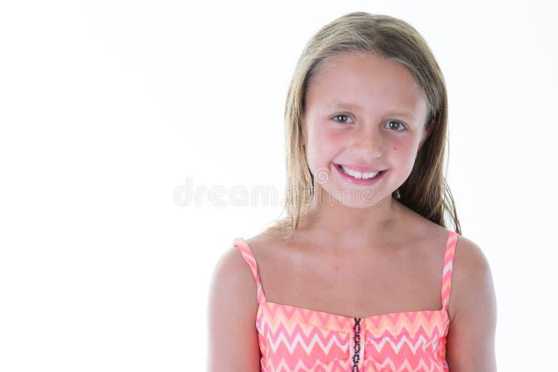 Schönes glückliches Lächeln des kleinen Mädchens auf Studio und im weißen Hintergrund lokalisiert stockbilder