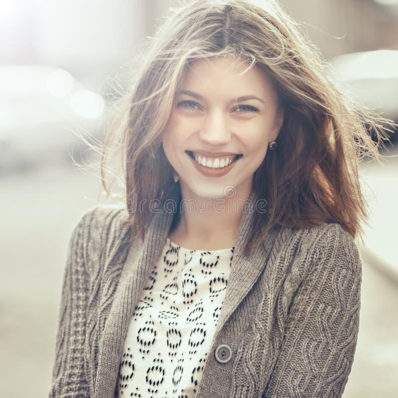 Schönes glückliches lächelndes Mädchen draußen Frauenlächeln froh, Frei stockfoto