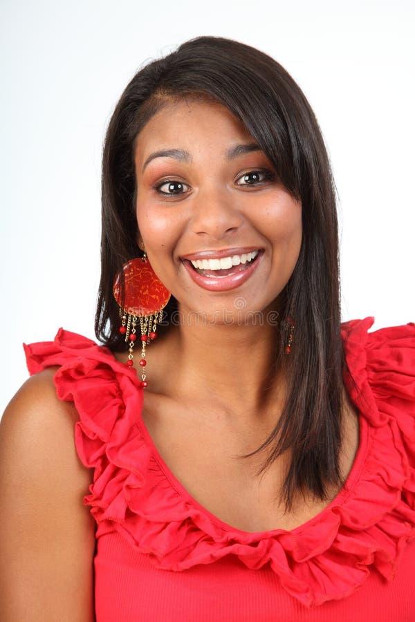 Schönes glückliches lachendes Latinomädchen im Rot lizenzfreie stockfotos