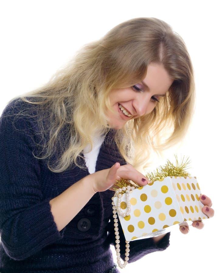 Schönes glückliches Mädchen mit einem Geschenk. stockfoto