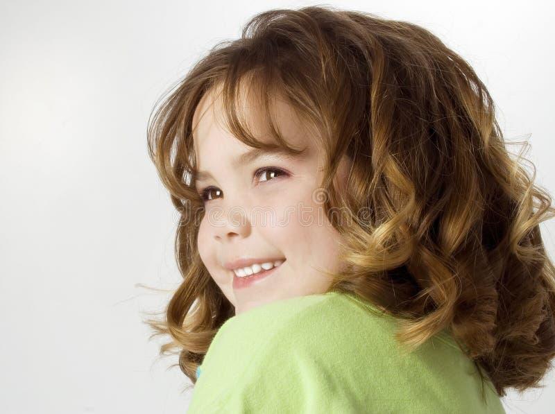 Schönes glückliches Mädchen mit großen Rotationen lizenzfreies stockfoto