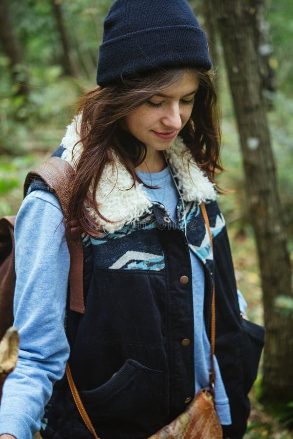 Schönes glückliches nettes stilvolles Mädchen, das an in die Berge reist lizenzfreie stockfotos