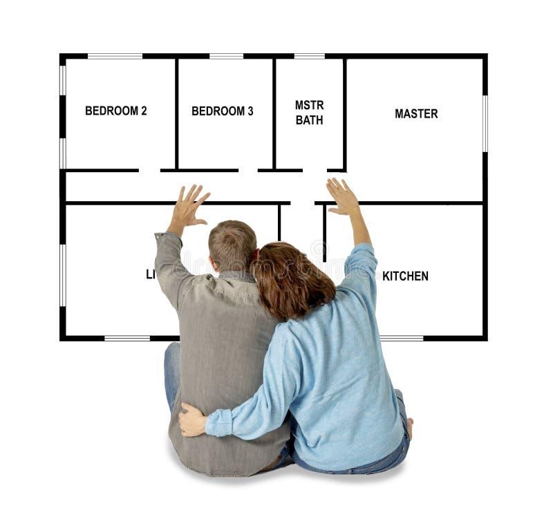 Schönes glückliches Paar, das vom Kaufen und ihr erstes Haus der Zukunft entwerfen träumt lizenzfreie stockfotos