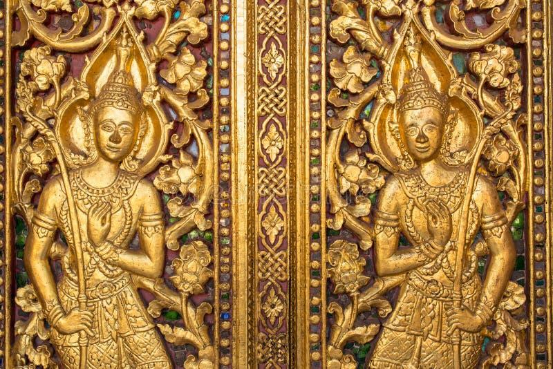 Schönes goldenes Schnitzen auf der Tür von Wat Sensoukharam-Tempel in Luang Prabang stockfotos