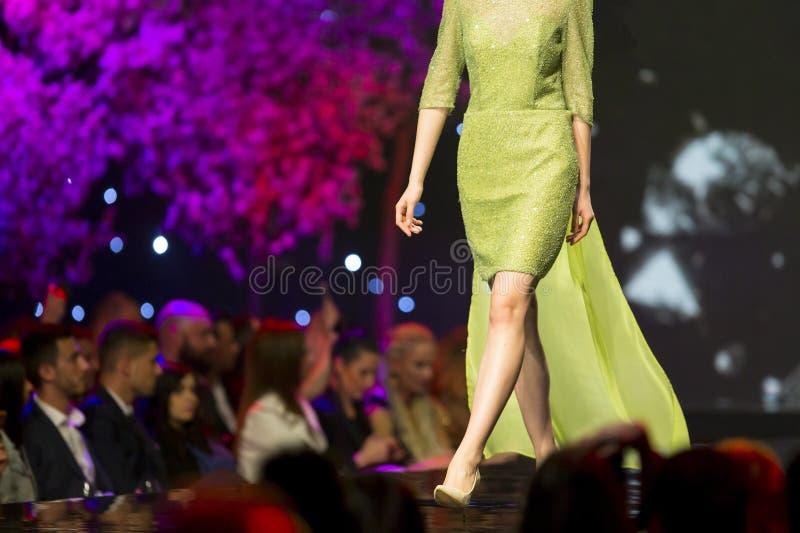 Schönes grünes Kleid der Modeschaurollbahn stockfoto