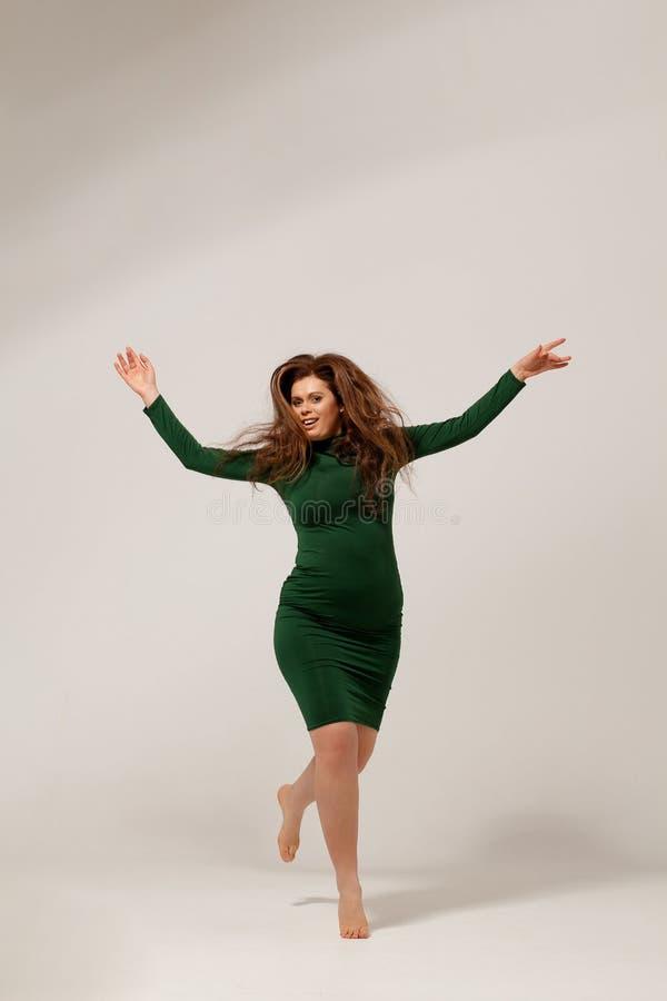 Schönes großes Mädchen im grünen Kleid lizenzfreie stockbilder