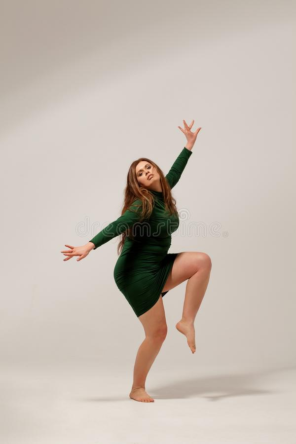 Schönes großes Mädchen im grünen Kleid stockbild