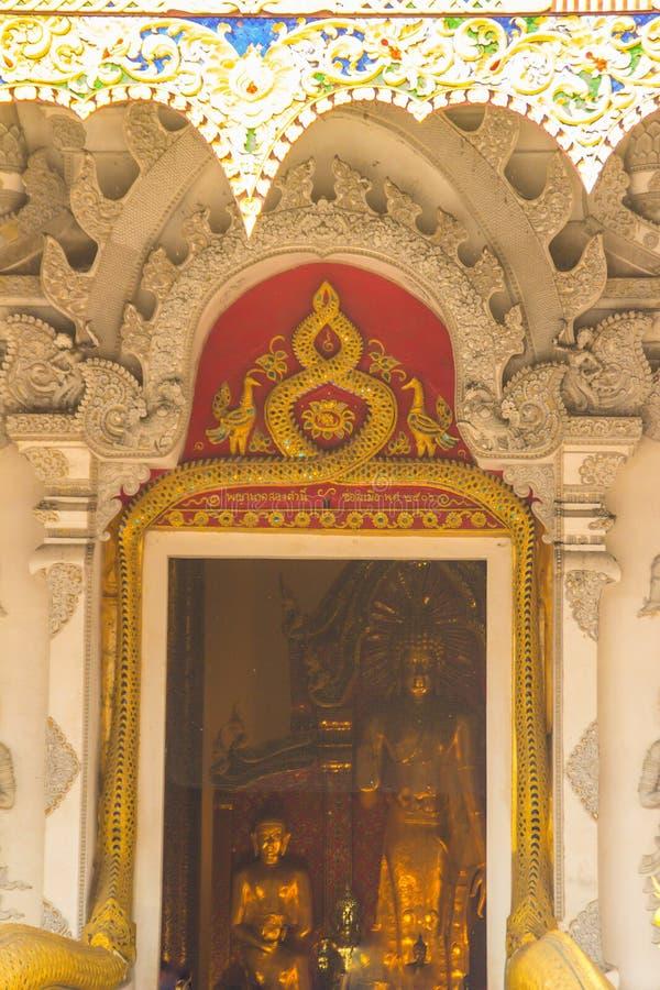 Schönes großes stehendes goldenes Buddha-Bild kann vom Eingang gewölbten Tor sehen, genannt Phra Chao Attarot bei Wat Chedi Luang stockfotos