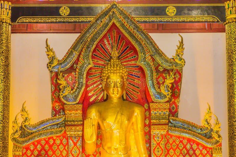 Schönes großes stehendes goldenes Buddha-Bild mit der Deckeninnenausstattung, genannt Phra Chao Attarot bei Wat Chedi Luang (Temp lizenzfreie stockfotografie
