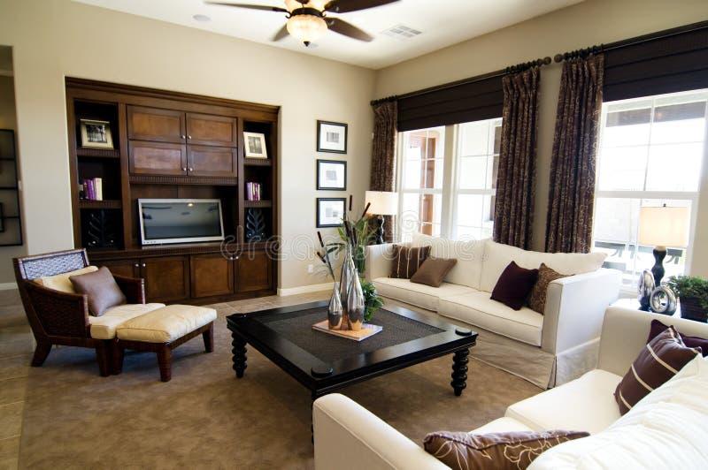 Schönes großes Wohnzimmer stockbild. Bild von haupt, verbesserung ...