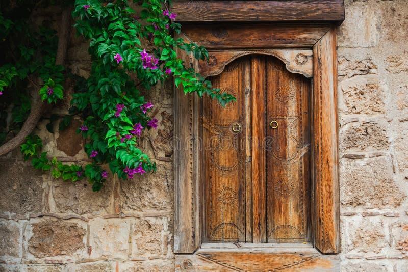 Schönes hölzernes geschlossenes Fenster in der Steinwand lizenzfreie stockfotos