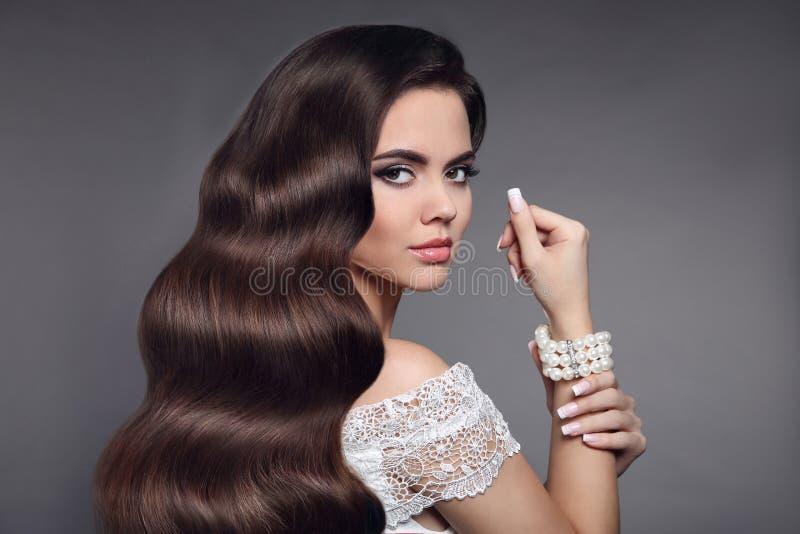 Schönes Haar Getrennt auf weißem Hintergrund Purpurrotes Make-up und bunte helle Nägel Heilen Sie lang stockbild