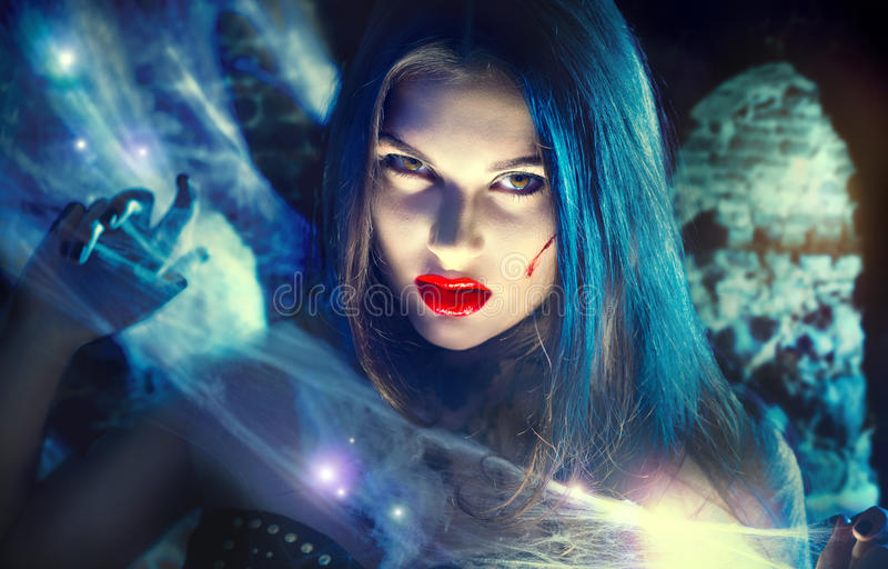 Schönes Halloween-Vampirsfrauenporträt Reizvolle Hexe lizenzfreies stockbild