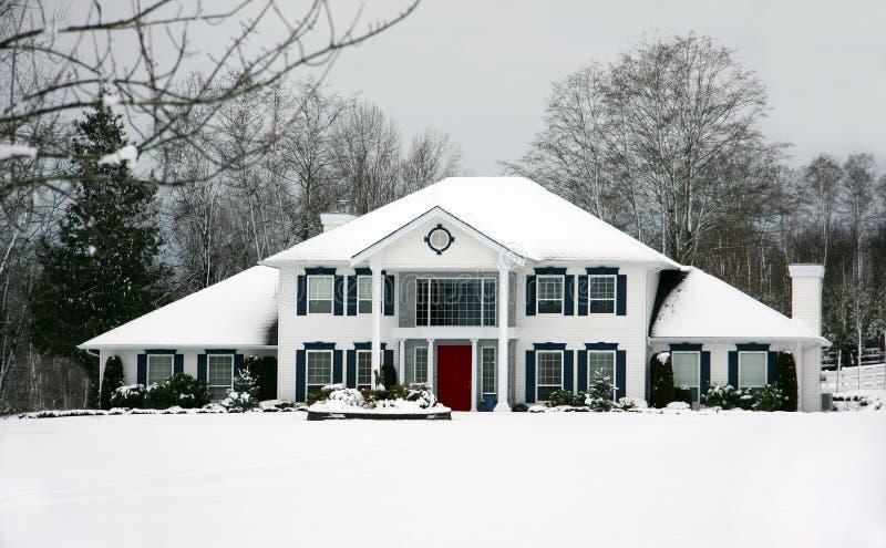 Schönes Haus im Winter lizenzfreie stockbilder